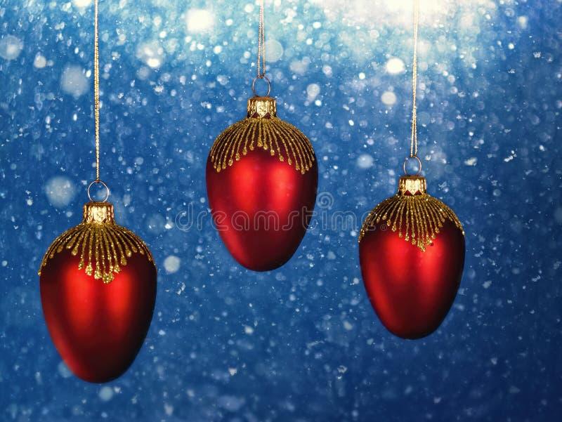 Decoraciones de la Navidad con las nevadas como fondos fotografía de archivo libre de regalías