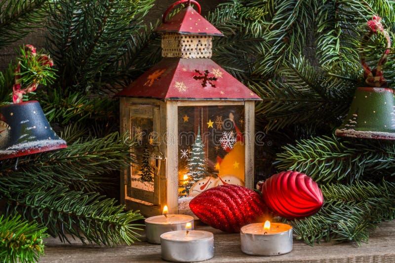 Decoraciones de la Navidad con los juguetes y el árbol del Año Nuevo foto de archivo