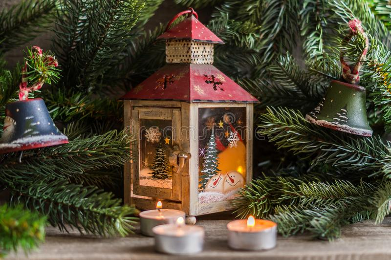 Decoraciones de la Navidad con los juguetes y el árbol del Año Nuevo fotografía de archivo