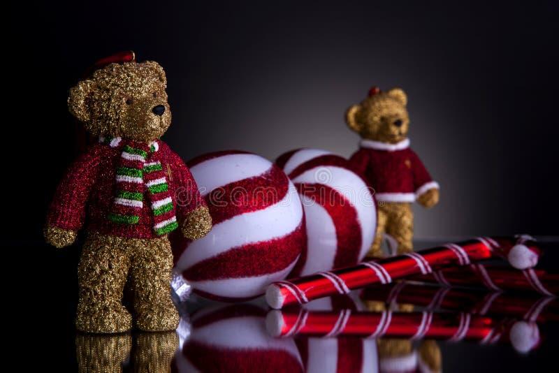 Decoraciones de la Navidad con los osos de peluche fotografía de archivo libre de regalías