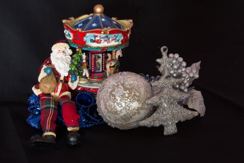 Decoraciones de la Navidad con Papá Noel imagen de archivo libre de regalías