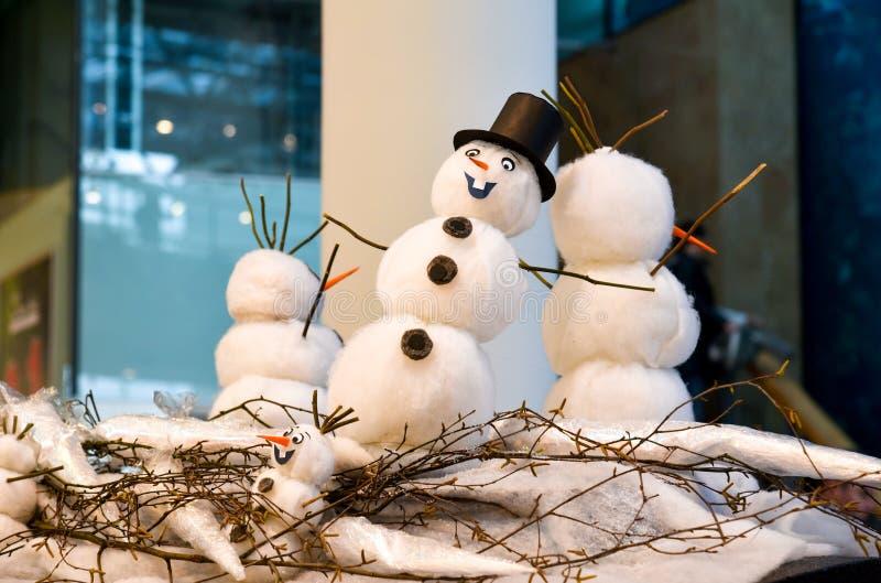 Decoraciones de la Navidad de la familia de los muñecos de nieve imagenes de archivo