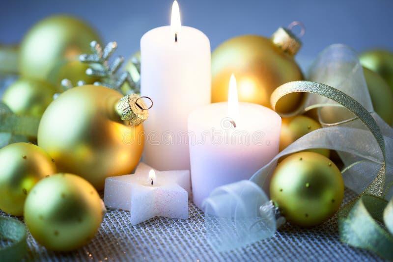 Decoraciones de la Navidad de la noche con las velas - horizontales imágenes de archivo libres de regalías
