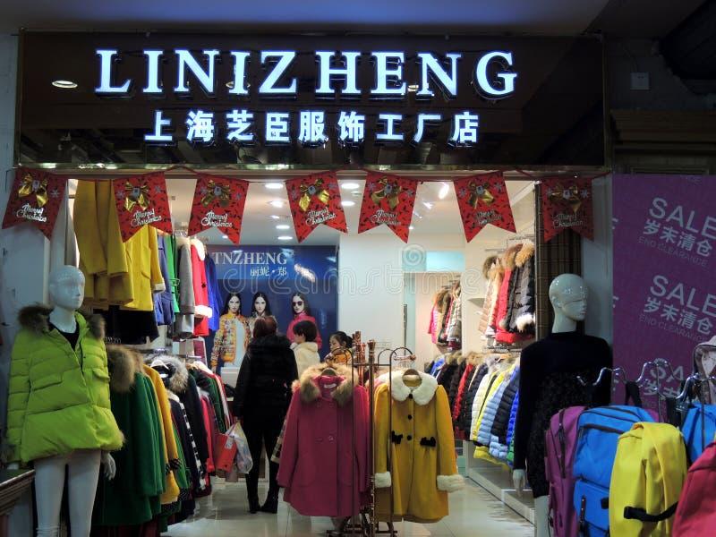 Decoraciones de la Navidad de la tienda de ropa de China imagen de archivo