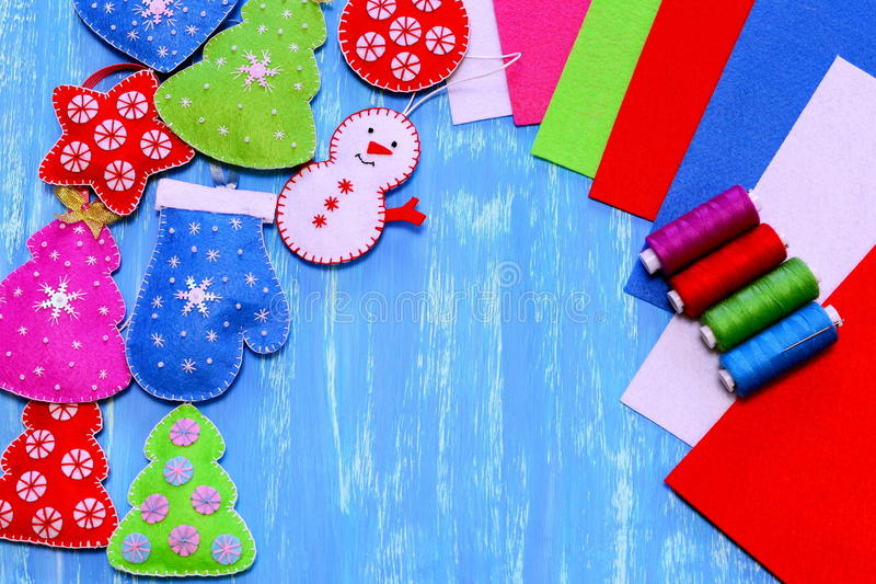 Decoraciones de la Navidad del fieltro El árbol de navidad, corazón, estrella, bola, manopla, muñeco de nieve diy, equipo de cost fotos de archivo libres de regalías