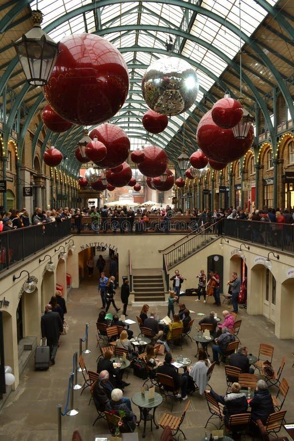 Decoraciones de la Navidad del jardín de Londres Covent imagenes de archivo