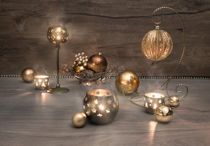 Decoraciones de la Navidad del vintage, chucherías y velas ardientes imagenes de archivo