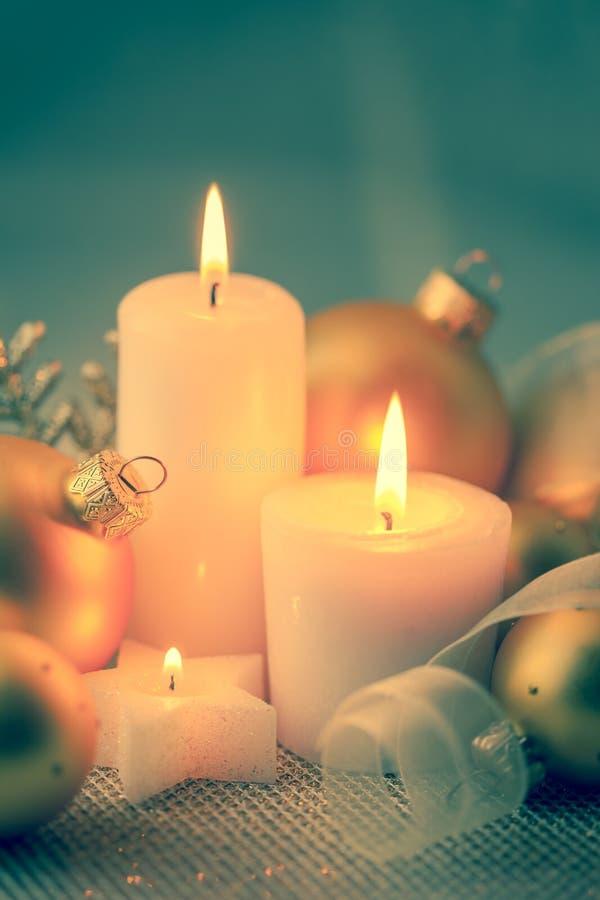 Decoraciones de la Navidad del vintage con las velas y las chucherías fotos de archivo