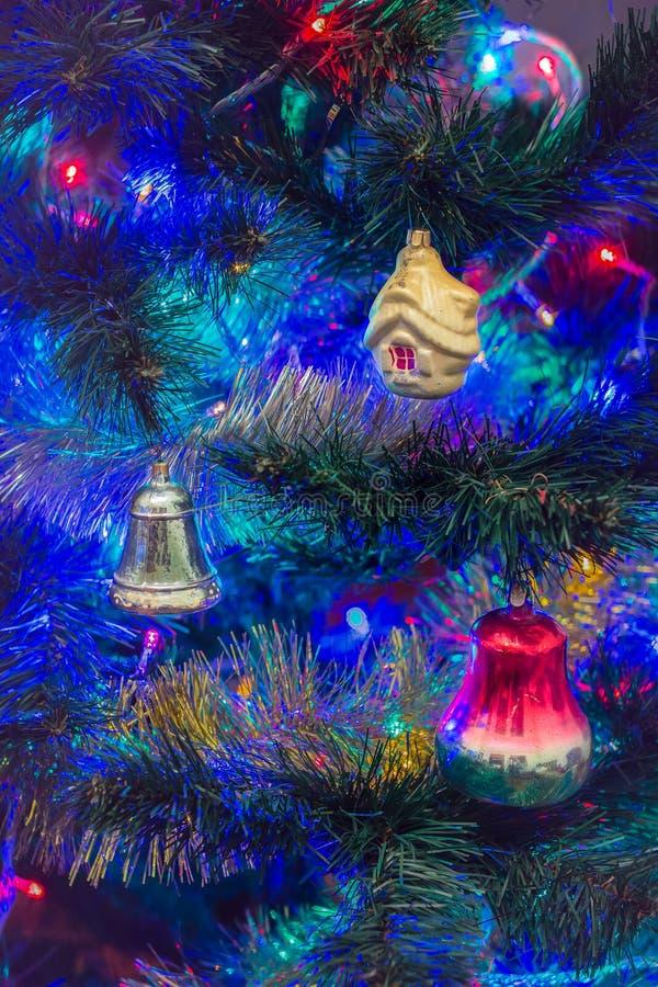 Decoraciones de la Navidad del vintage en un fondo borroso fotografía de archivo