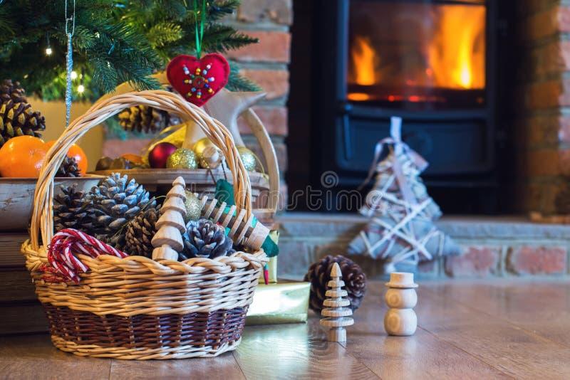 Decoraciones de la Navidad en la cesta foto de archivo libre de regalías
