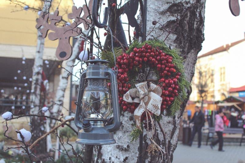 Decoraciones de la Navidad en ciudad fotos de archivo