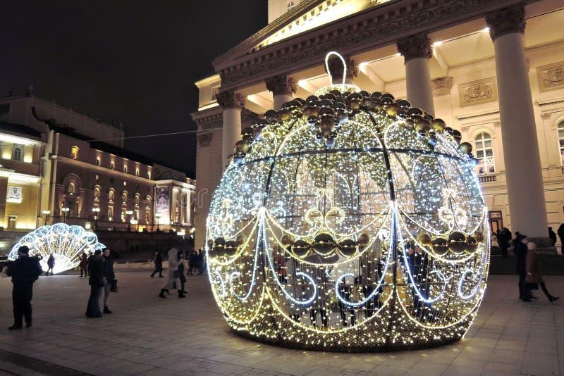 Decoraciones de la Navidad en cuadrado del teatro en Moscú Bola enorme imágenes de archivo libres de regalías