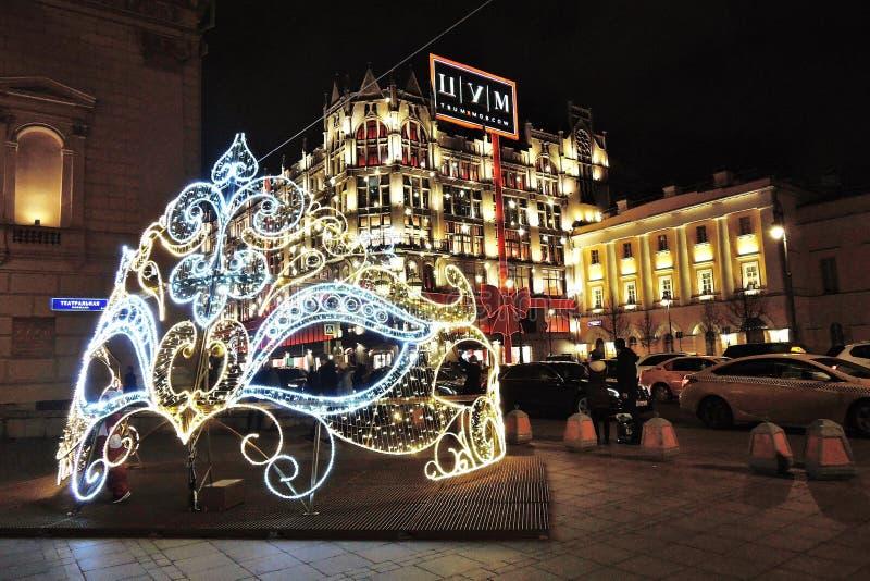 Decoraciones de la Navidad en cuadrado del teatro en Moscú Máscara enorme imágenes de archivo libres de regalías