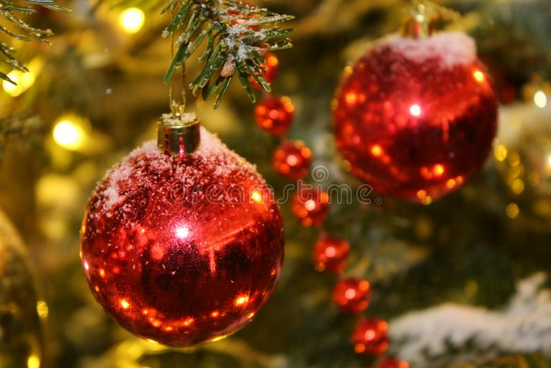 Decoraciones de la Navidad en el árbol de navidad en colores rojos bajo la forma de primer de las bolas fotos de archivo