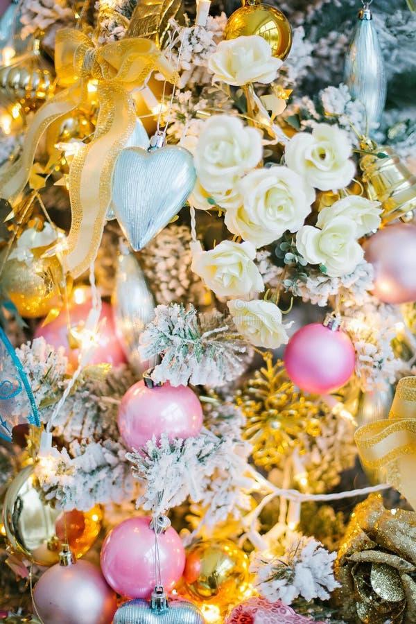 Decoraciones de la Navidad en el árbol de navidad imagen de archivo