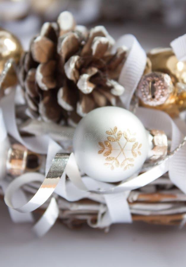 Decoraciones de la Navidad en el fondo blanco imagenes de archivo
