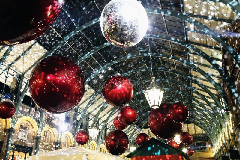 Decoraciones de la Navidad en el jardín de Covent fotografía de archivo