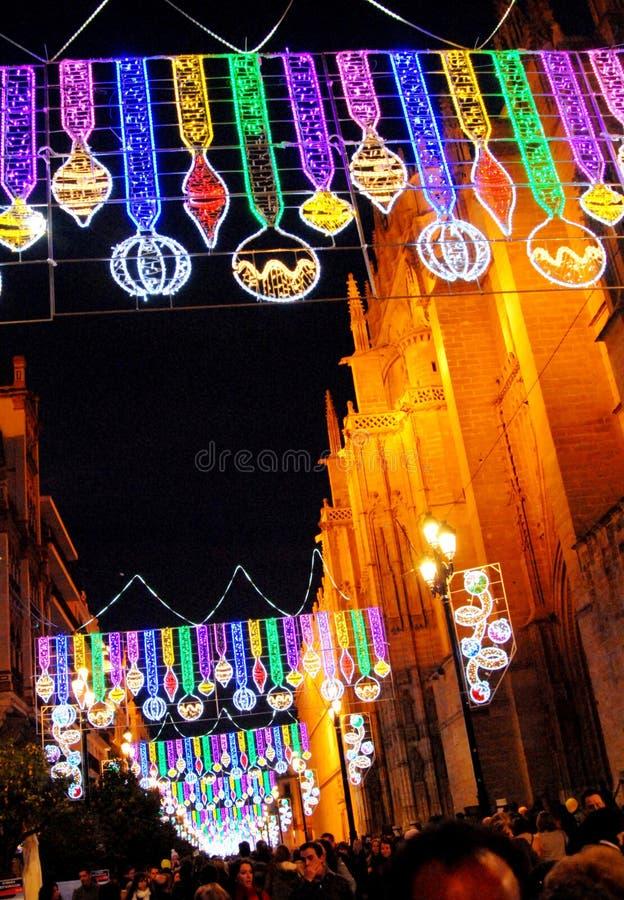 Decoraciones de la Navidad en la noche, Avenida de la constitucion, Sevilla, España imagen de archivo libre de regalías