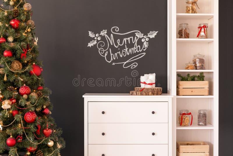 Decoraciones de la Navidad en sala de estar imagenes de archivo