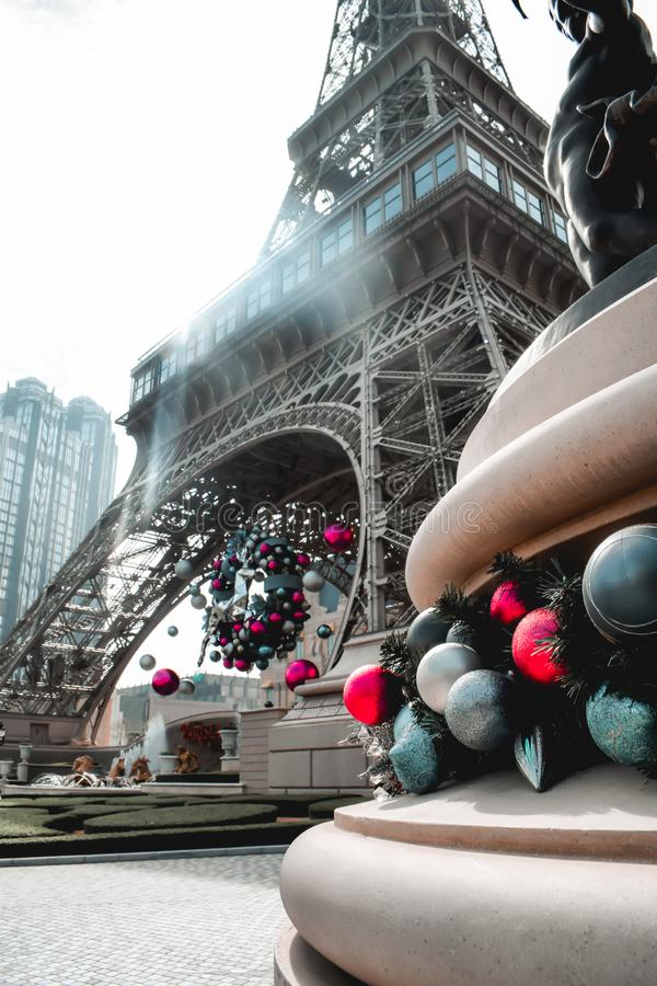 Decoraciones de la Navidad en la torre Eiffel en el casino parisiense en Macao Chin fotografía de archivo