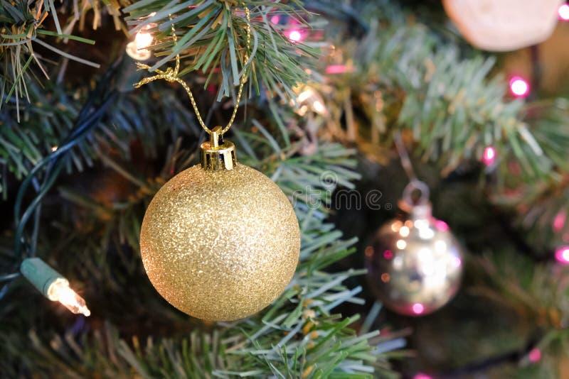 Decoraciones de la Navidad en un árbol imágenes de archivo libres de regalías