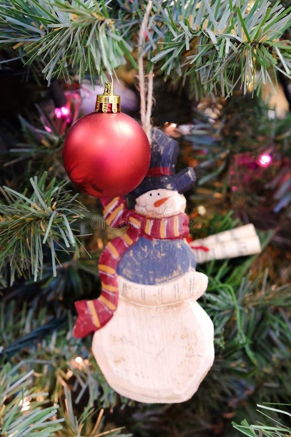 Decoraciones de la Navidad en un árbol fotografía de archivo