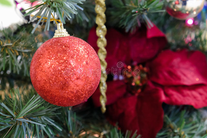 Decoraciones de la Navidad en un árbol imagenes de archivo