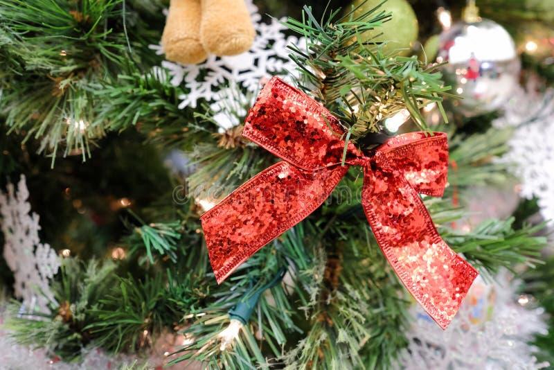 Decoraciones de la Navidad en un árbol imagen de archivo libre de regalías