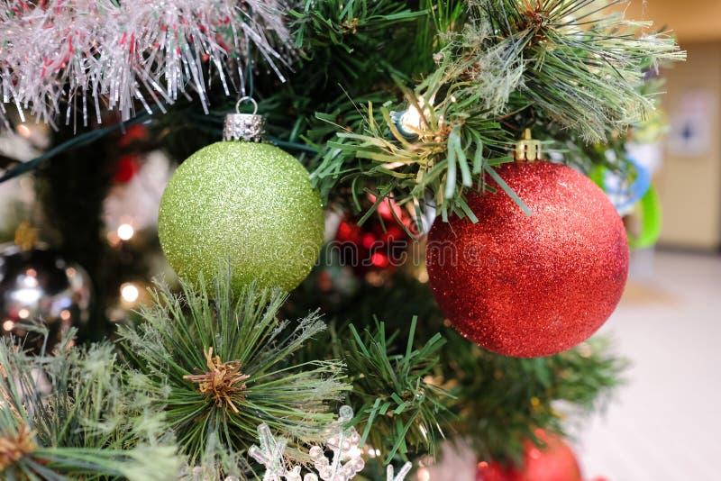 Decoraciones de la Navidad en un árbol foto de archivo libre de regalías