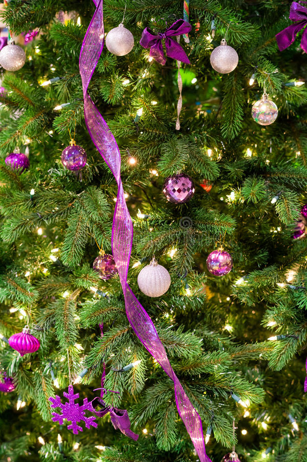 Decoraciones de la Navidad en un árbol fotos de archivo libres de regalías