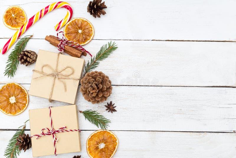 Decoraciones de la Navidad en un fondo de madera Copie el espacio fotografía de archivo libre de regalías