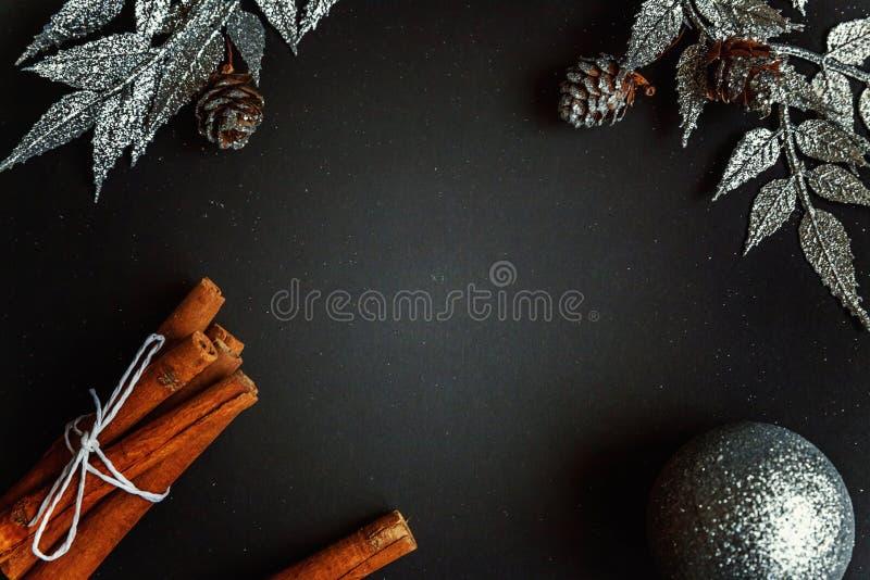 Decoraciones de la Navidad en un fondo negro foto de archivo