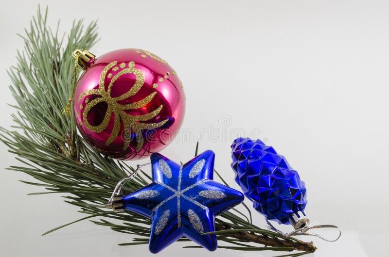 Decoraciones de la Navidad en una rama spruce fotos de archivo