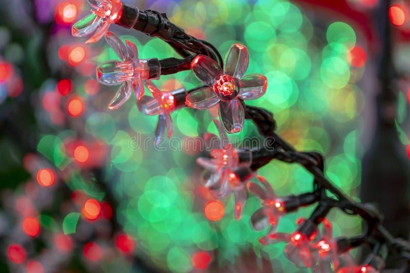 Decoraciones de la Navidad, guirnaldas de neón, flores que brillan intensamente, el interior del Año Nuevo foto de archivo