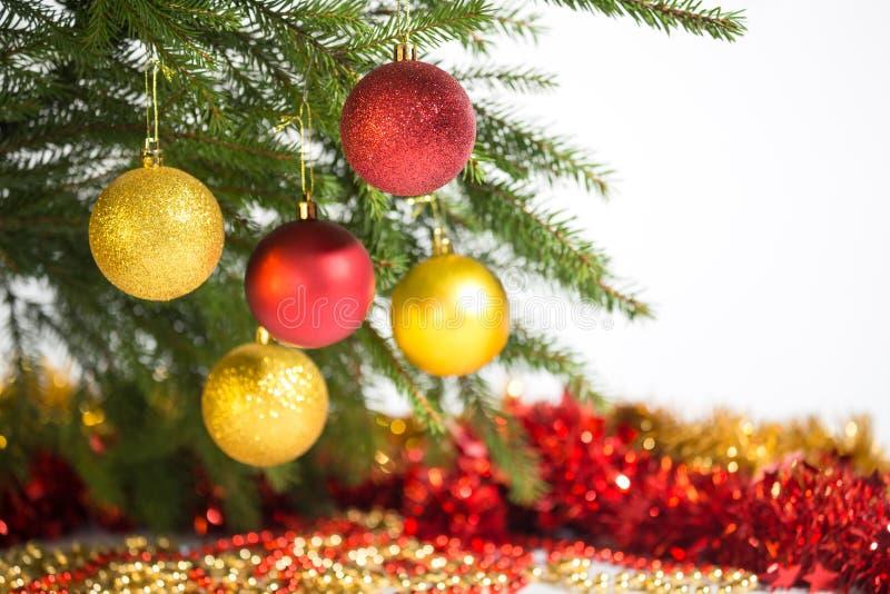 Decoraciones de la Navidad de oro y color rojo imagen de archivo libre de regalías