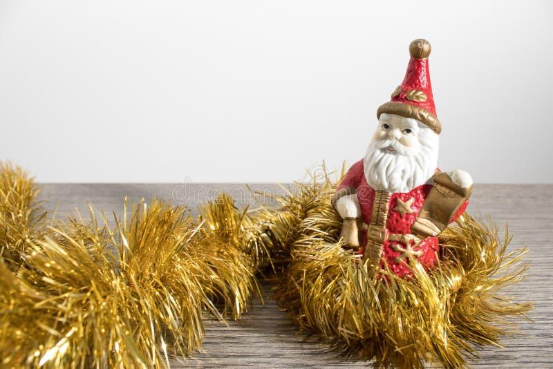 Decoraciones de la Navidad, Papá Noel en una tabla de madera foto de archivo libre de regalías
