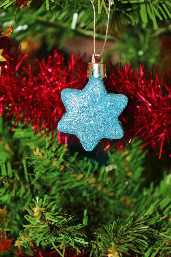 Decoraciones de la Navidad para el árbol en brillo y rojo del oro imagen de archivo libre de regalías