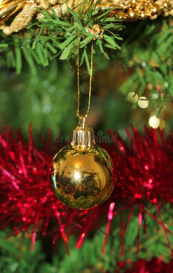 Decoraciones de la Navidad para el árbol en brillo y rojo del oro imágenes de archivo libres de regalías