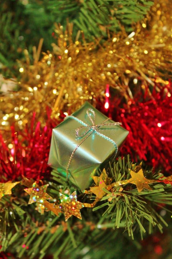Decoraciones de la Navidad para el árbol en brillo y rojo del oro imagenes de archivo