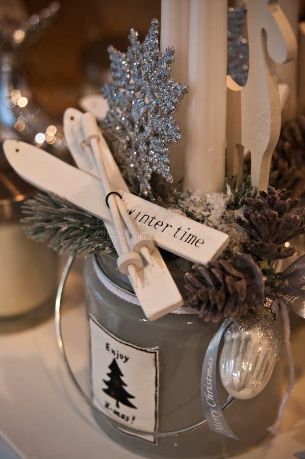 Decoraciones de la Navidad para la venta, las velas y las chucherías imagen de archivo