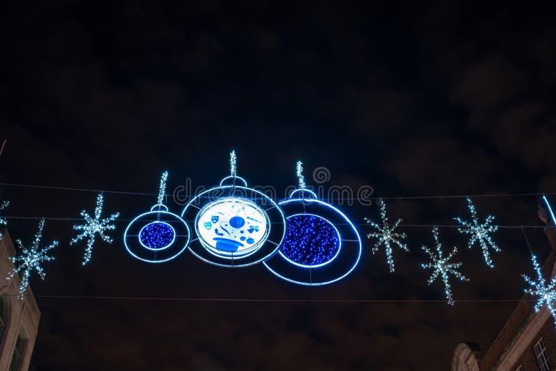 Decoraciones de la Navidad sobre el filamento, Londres Reino Unido imagenes de archivo