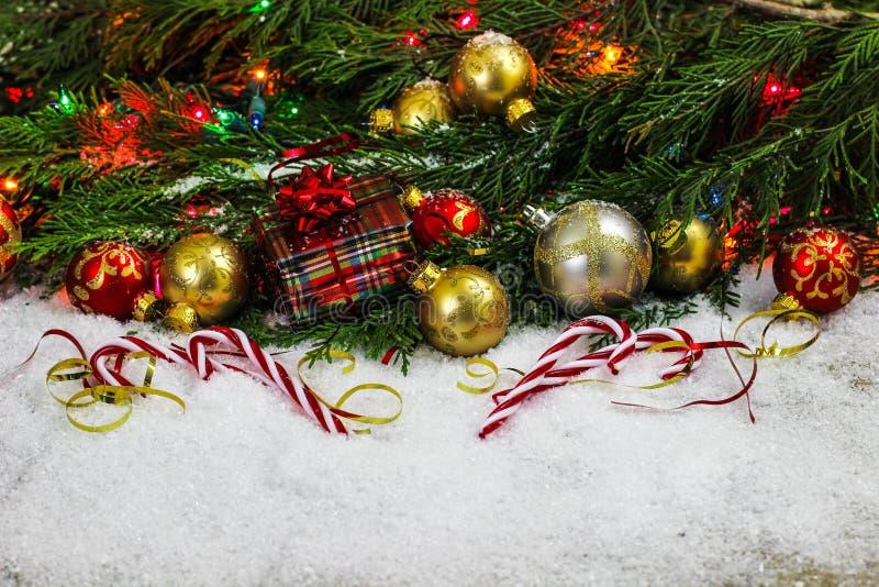 Decoraciones de la Navidad y bastones de caramelo con el espacio para el texto foto de archivo