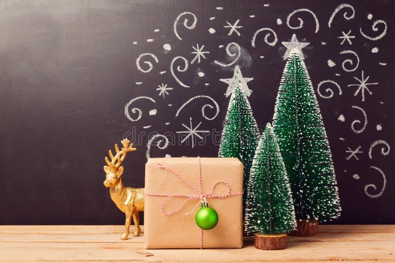 Decoraciones de la Navidad y caja de regalo sobre fondo de la pizarra foto de archivo libre de regalías