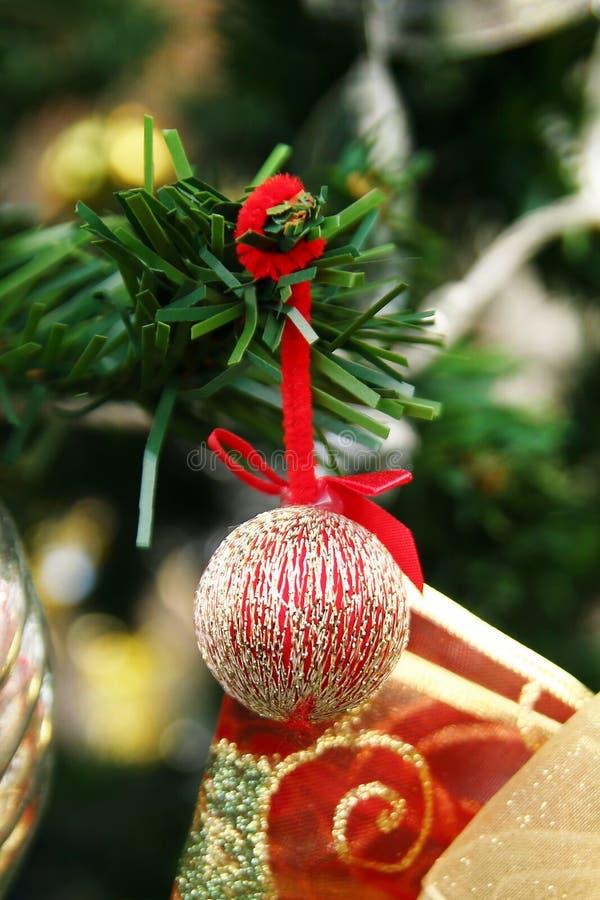 Decoraciones de la Navidad y del Año Nuevo de oro y colores rojos de s en un árbol de abeto fotografía de archivo