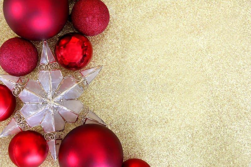 Decoraciones de la Navidad y fondo rojos del oro de la frontera de la estrella imagenes de archivo