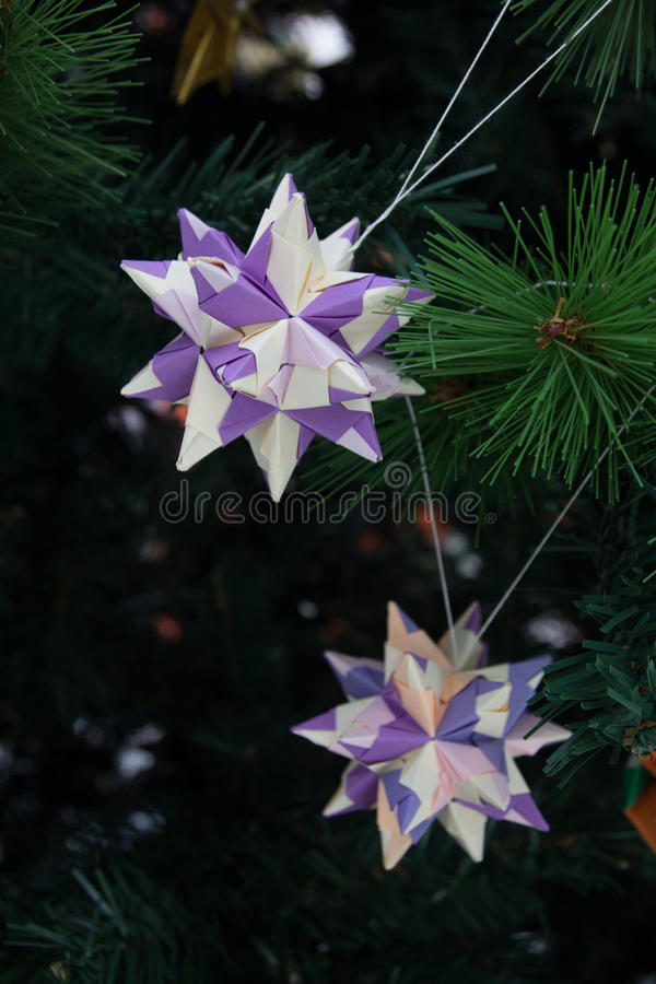Decoraciones de la papiroflexia de Tornillo Kusudama en árbol de navidad foto de archivo libre de regalías