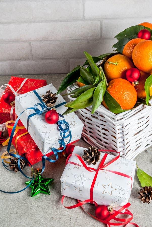 Decoraciones de las mandarinas y de la Navidad foto de archivo