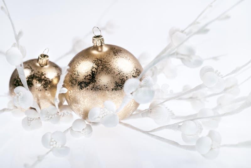 Decoraciones de oro de la Navidad en blanco imagen de archivo