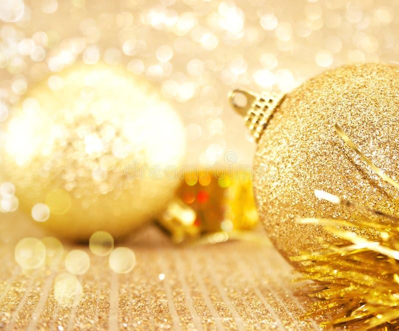 Decoraciones de oro de la Navidad en fondo brillante con el espacio de la copia foto de archivo libre de regalías