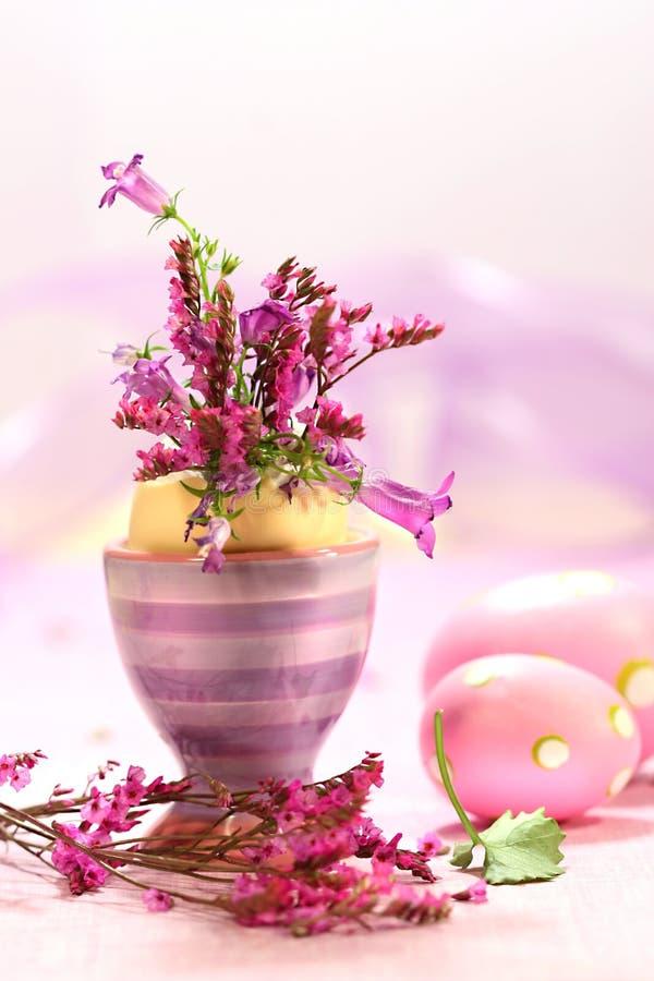 Decoraciones de Pascua con las flores fotos de archivo libres de regalías